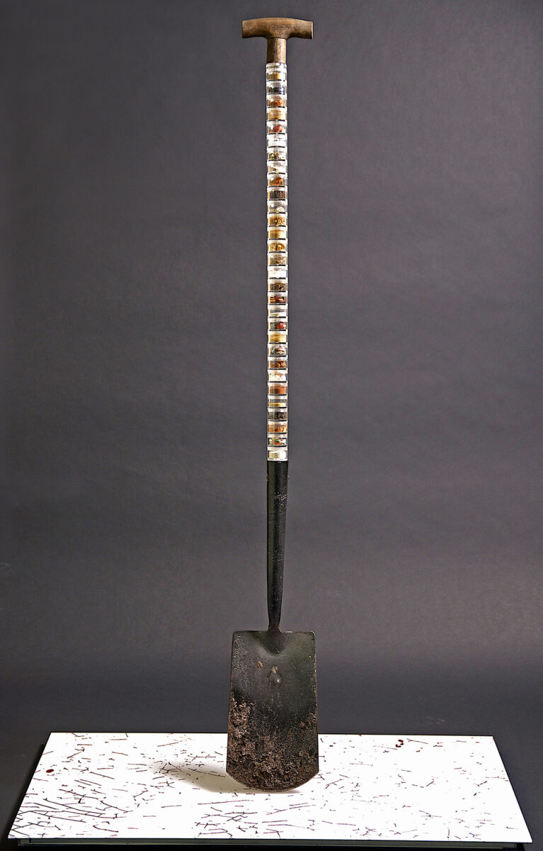 124<>Un-earth-ed<>Iron spade, wood, plastic, earth<>140x14x30 cm